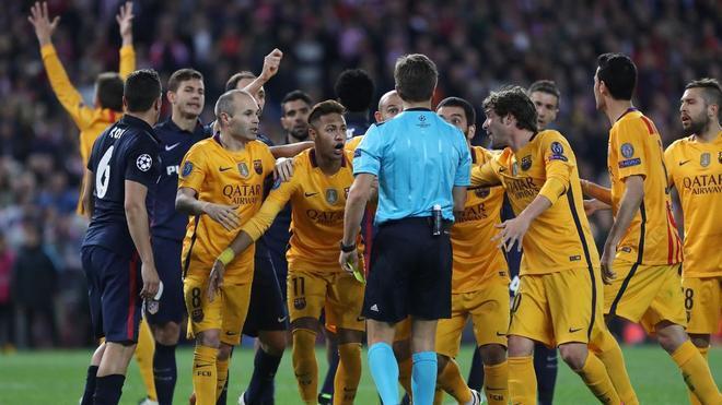 Los jugadores del Barça protestan la decisión de Nicola Rizzoli en el Atlético - Barça de 2016 en Champions
