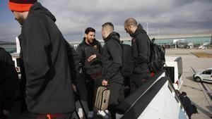 La expedición del FC Barcelona embarcando en el aeropuerto de El Prat camino de Londres para el duelo de la Champions 2017/18 frente al Chelsea