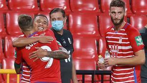 Soldado, el hombre gol del Granada, felicitado por sus compañeros