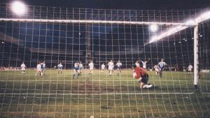 González, en el momento de parar el penalti Djukic