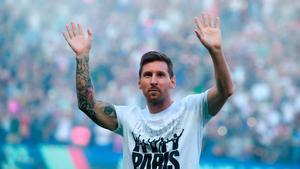 Messi saludando a la afición del PSG