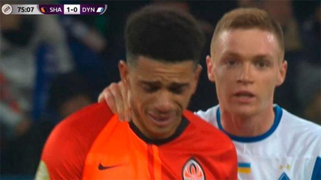 Se revela contra los racistas con un pelotazo y acaba expulsado y llorando