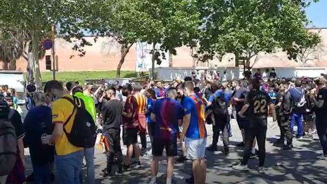 ¡Los aficionados animan al Barça desde el Camp Nou!
