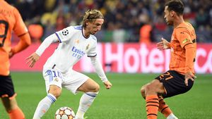 Modric encara a Alan Patrick durante el partido
