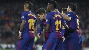 Dembélé celebra con Coutinho el gol del brasileño ante el Girona