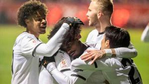 Los jugadores del Valencia celebran uno de los goles al Yeclano