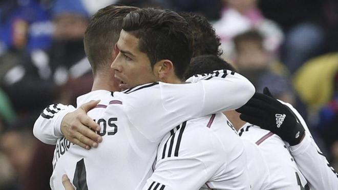 Sergio Ramos y Cristiano Ronaldo se abrazan durante un partido de Liga