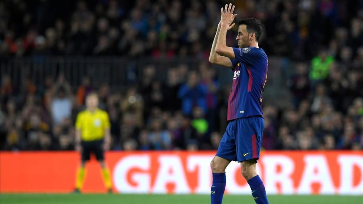 Busquets aplaudiendo al Camp Nou