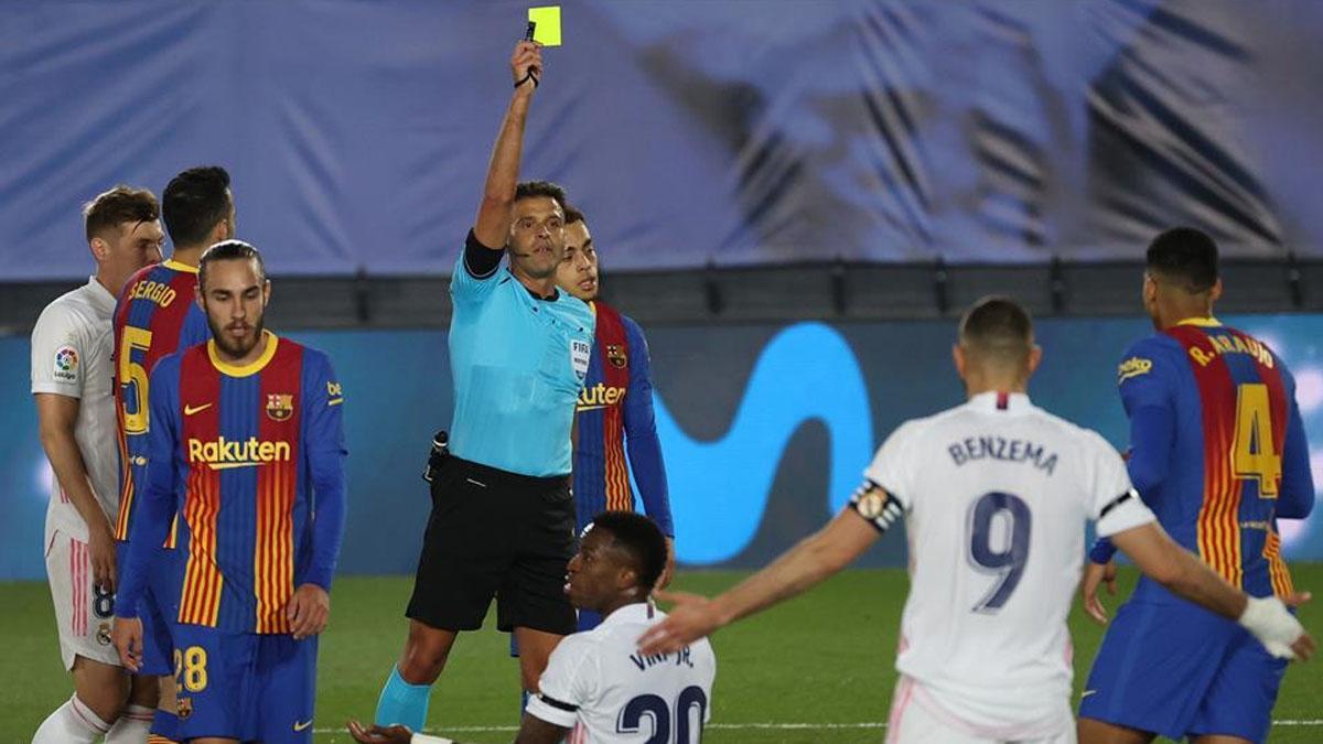 Gil Manzano amonesta a Araujo en la falta que supuso el 2-0 para el Real Madrid