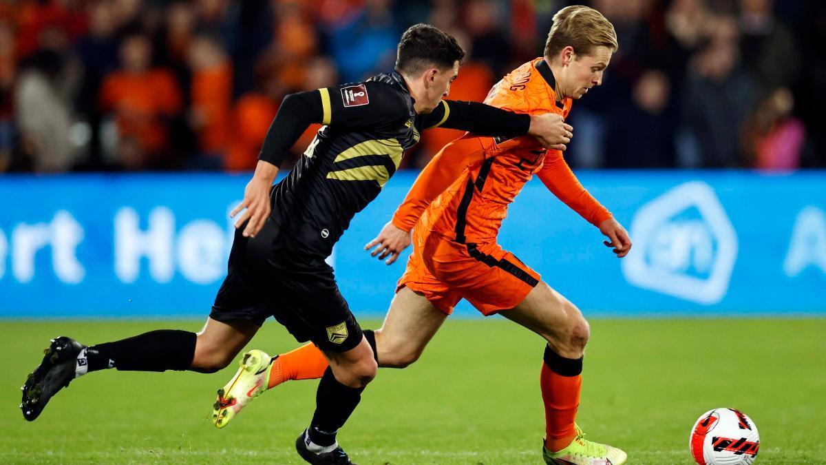 De Jong conduce el balón en el partido de clasificación al Mundial ante Gibraltar