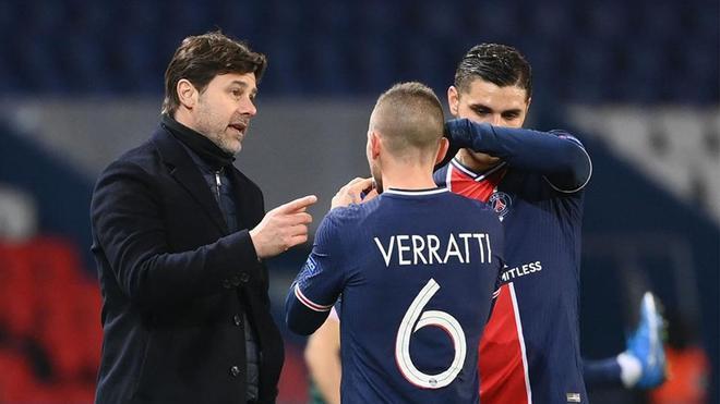 Mauricio Pochettino habla con Verratti e Icardi durante el PSG-Barça