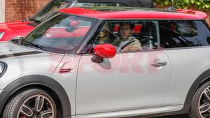 Sergi Roberto llega a casa de Messi con su pareja en su mini