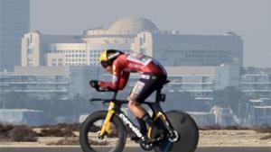 Tadej Pogacar pedalea durante la segunda etapa del Tour en bicicleta por los EAU