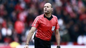 Mateu Lahoz, durante un partido.