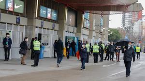 Socios del FC Barcelona, durante la jornada electoral