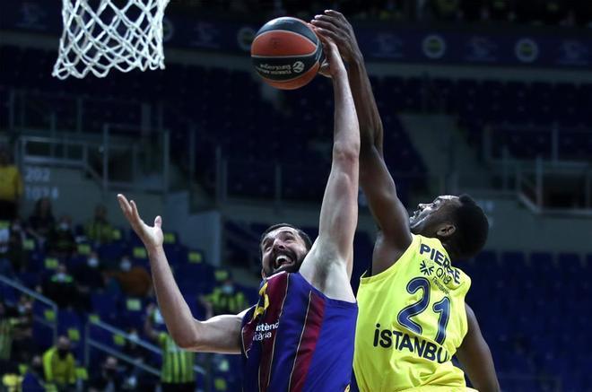 Mirotic lucha por un balón en el duelo ante el Fenerbahçe