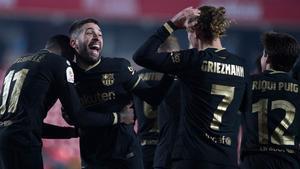 El Barça levantó en Granada un partido que tenía perdido