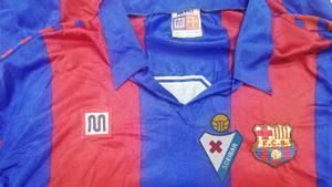 Este fue el modelo de camiseta que compró Zapico en Bilbao. Cambió el escudo del FC Barcelona por el de la SD Eibar y... ¡a jugar!