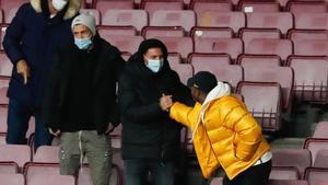 Leo Messi y Ansu Fati se saludaron en la grada