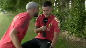 ¡Carrasco se mofa de Hazard durante una entrevista al son de Campeones! Imperdible