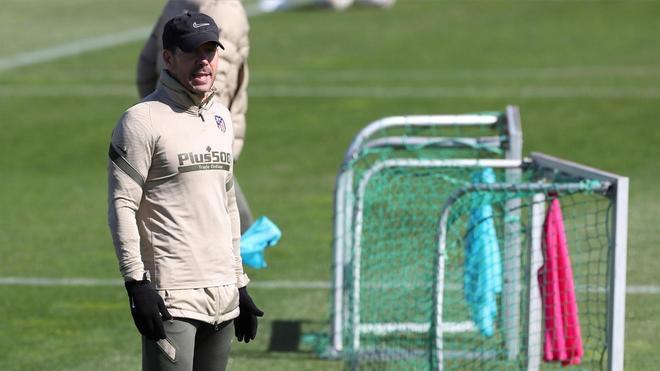 Simeone durante la sesión de entrenamiento previa al duelo ante el Eibar