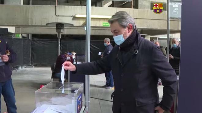 Artur Mas depositando su voto