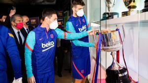 Los capitanes colocan la Copa del Rey en el Museo