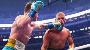 Canelo Álvarez conecta un fuerte golpe de izquierda sobre Saunders.