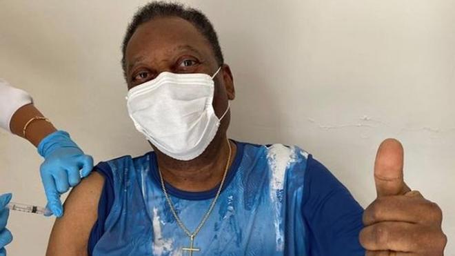 Pelé siendo vacunado en Brasil