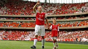 Bergkamp junto a su hijo en el partido de su despedida del Arsenal