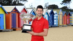 Djokovic paseó su trofeo por las playas de Melbourne