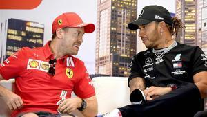 Vettel conversa con Hamilton en una imagen de archivo