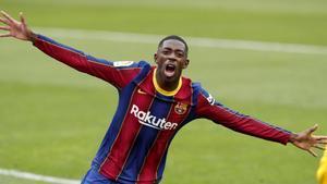 Ousmane Dembélé celebra su gol ante el Sevilla, su víctima preferida con tres tantos