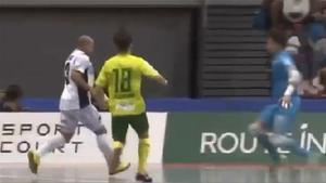 Control, caño y golazo de Roberto Carlos en Japón