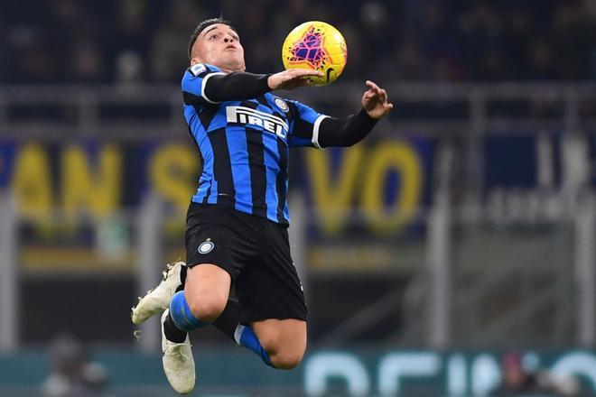 Lautaro Martinez controla el balón con el pecho dutante el partido contra la Roma de la Serie A italiana disputado en el estadio Giuseppe Meazza el 6 de diciembre de 2019.
