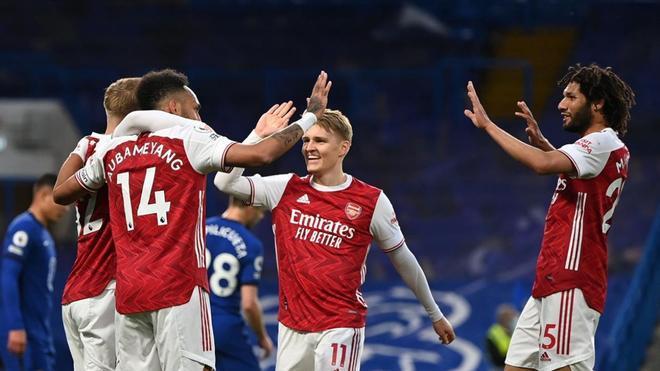 Los jugadores del Arsenal celebran el gol