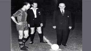 Manuel Torres, ante la atenta mirada de César y el árbitro, señor Soler, realizó el saque de honor previo al partido entre el Barça y el Stuttgart, celebrado en Les Corts el 2 de septiembre de 1954