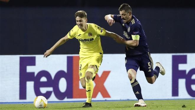 Juan Foyth disputa un balón con el jugador del Dinamo de Zagreb Arijan Ademi.