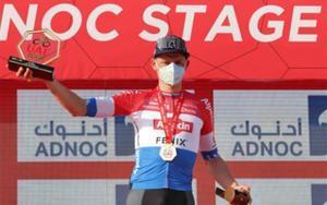 Mathieu van der Poel celebra en el podio tras ganar la primera etapa