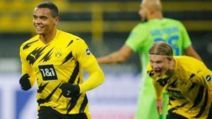 Akanji y Haaland celebran el gol del central del Dortmund.