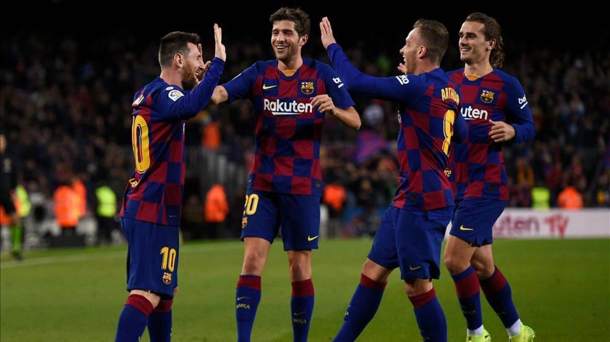 Sergi Roberto, en el centro, celebra con sus compañeros un tanto de Messi ante el Celta