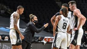 Becky Hammon dirigió a los Spurs ante los Lakers tras ser expulsado Popovich