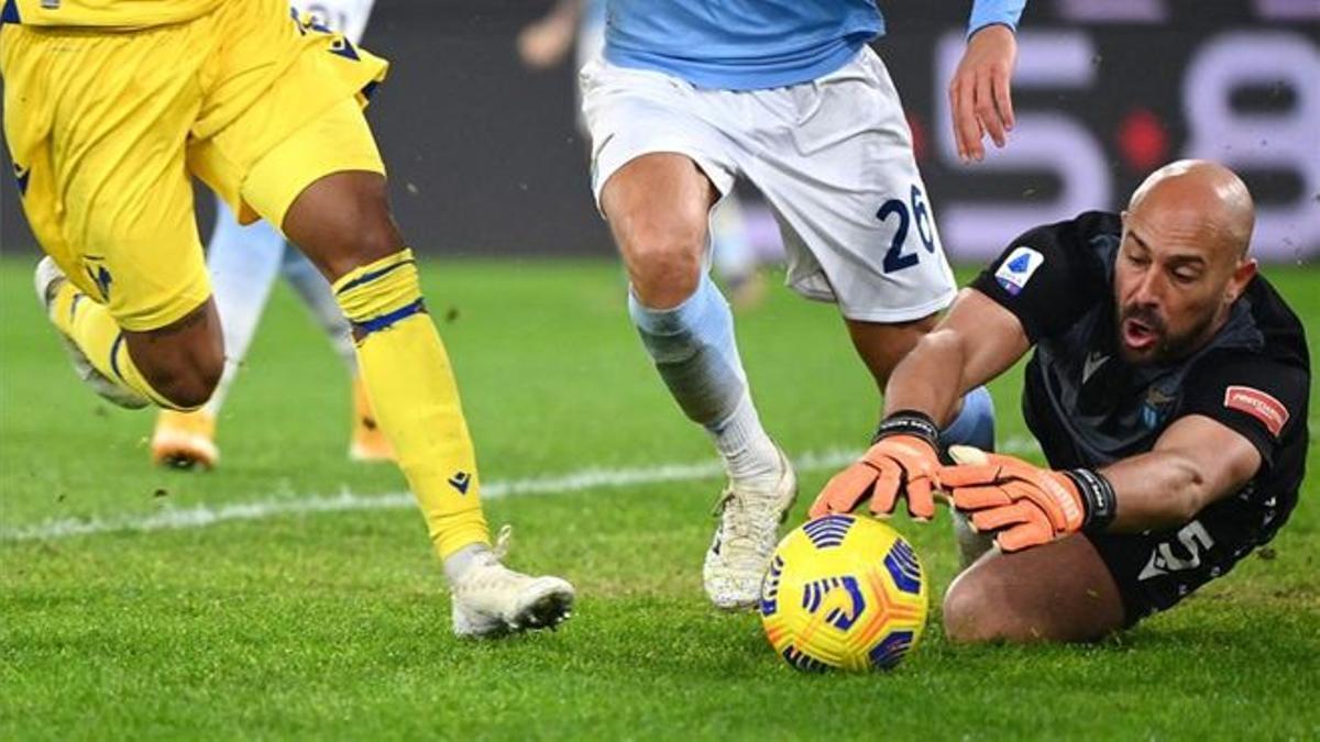 Pepe Reina detiene un balón en un partido con la Lazio
