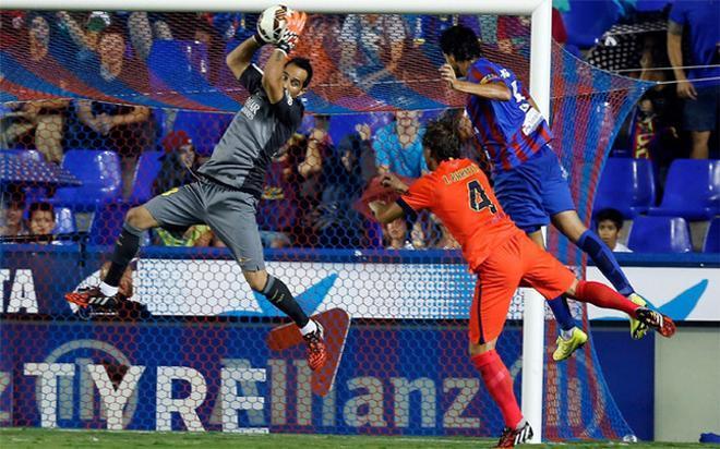 Claudio Bravo en acción durante el Levante-Barça