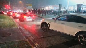 Los aficionados del Kiel salen en plena nevada para celebrar la eliminación del Bayern