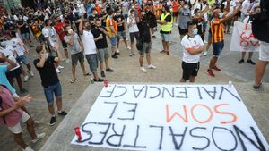 La afición del Valencia no quiere a Peter Lim