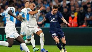 Leo Messi perseguido por los jugadores del Olympique de Marsella