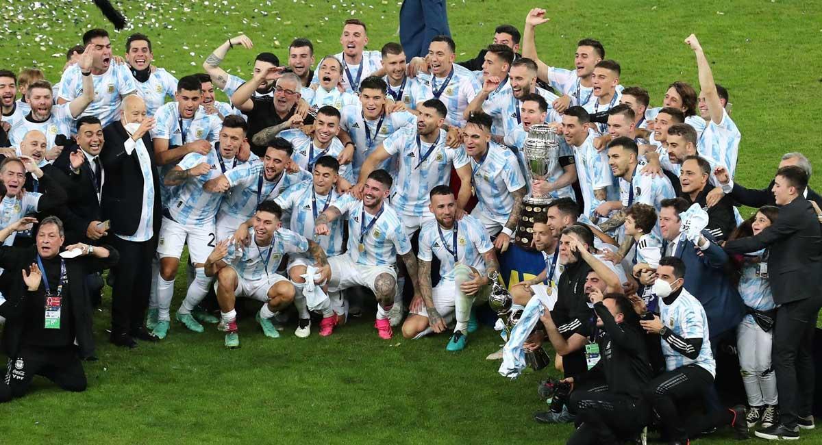 La selección argentina festeja su título sobre el césped de Maracaná.