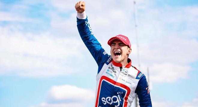 Alex Palou celebra su victoria en el Gran Premio de Alabama.