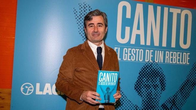 Jesús Beltrán, con el libro homenaje a Canito